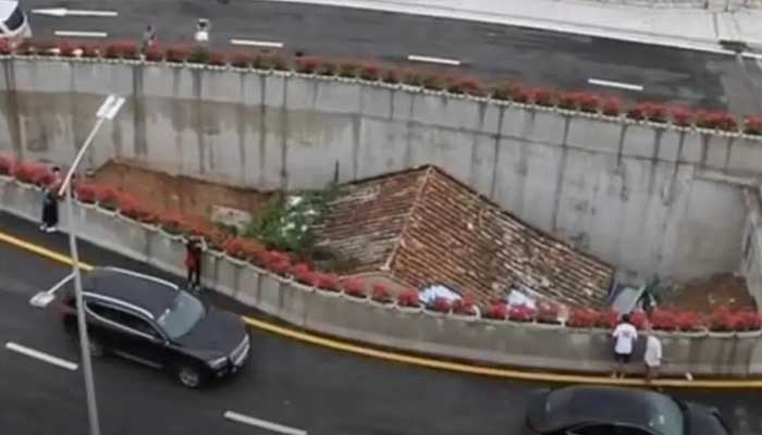 Tiny house sits in middle of busy motorway