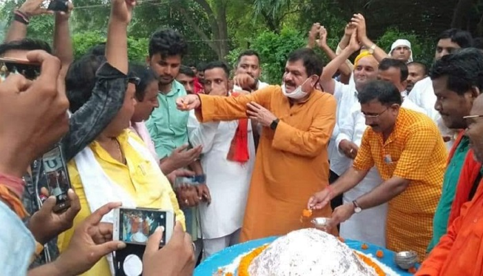 BJP MLA Pindra Awdhesh Singh distributing prasad