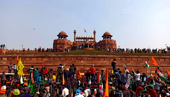Delhi Police Rescued 200 Artists Stuck in Red Fort Since 12 noon During Farmers Protest lal kila